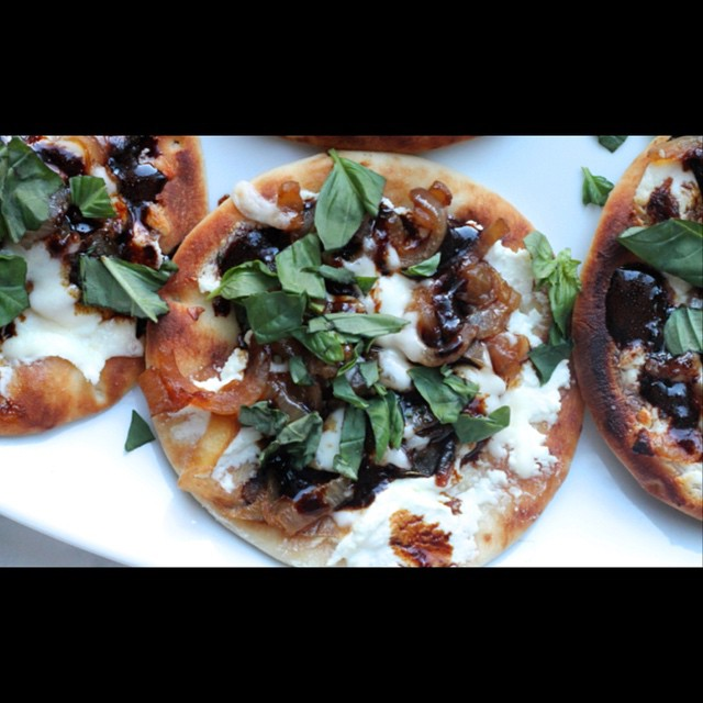 Whipped goat cheese, caramelized onion and balsamic reduction mini naan pizzas #ontheblog this morning 🙋